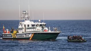 La Guardia Civil secourt des migrants en provenance d'Afrique, le 14 avril 2019, au large d'Almeria (Espagne). (ALEJANDRO MARTINEZ VELEZ / SPUTNIK / AFP)