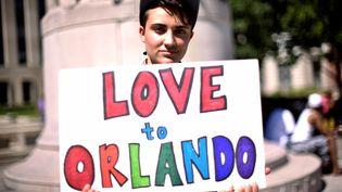 """Ciaran Lithgow envoie un message d'""""amour à Orlando"""", à Washington le 12 juin 2016. (JAMES LAWLER DUGGAN / REUTERS)"""