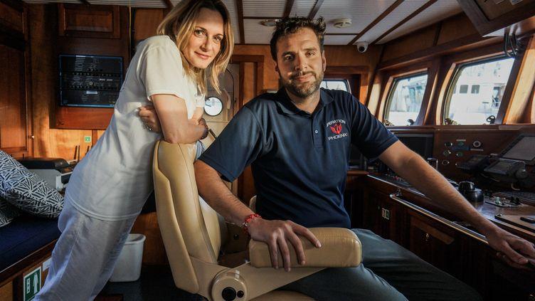 """Regina et Christopher Catrambone prennent la pose à bord du """"Phœnix"""", le 13 octobre 2014 dans le port de La Valette (Malte). (GILES CLARKE / GETTY IMAGES EUROPE)"""