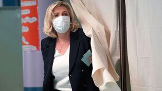 La présidente du Rassemblement national, Marine Le Pen, vote lors du premier tour des élections régionales et départementales, le 20 juin 2021 à Hénin-Beaumont (Pas-de-Calais). (SYLVAIN LEFEVRE / HANS LUCAS / AFP)