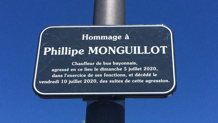 La mairie de Bayonne a fait installer, avec l'autorisation de sa famille, une plaque en hommage à Philippe Monguillot, chauffeur de bus agressé le 5 juillet 2020 à Bayonne. (AMAIA CAZENAVE / FRANCE-BLEU PAYS BASQUE)