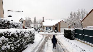 Une rueeneigéede Longjumeau (Essonne), le 7 février 2018. (MAXPPP)