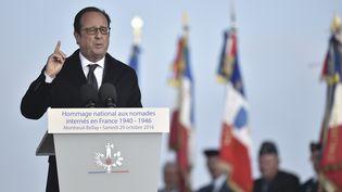 François Hollande prononce un discours en hommage aux Tsiganes internés pendant la seconde guerre mondiale, le 29 octobre 2016dans l'ancien camp deMontreuil-Bellay (Maine-et-Loire). (JEAN-SEBASTIEN EVRARD / AFP)