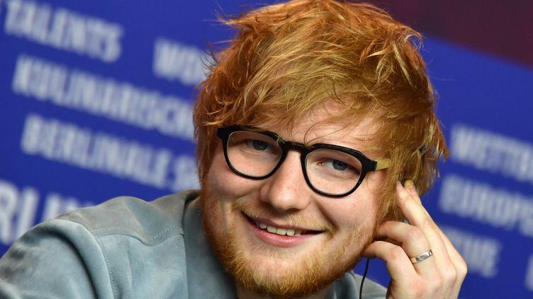 Le chanteur, auteur, compositeur britannique Ed Sheeran à la Berlinale le 23 février 2018 pour le documentaire Songwriterautour de son processus de composition. (JOHN MACDOUGALL / AFP)