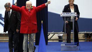 Le président d'honneur du Front national, Jean-Marie Le Pen, s'invite sur la tribune du Front national avant le discours de sa fille, Marine, le1er mai 2015, place de l'Opéra, à Paris. (KENZO TRIBOUILLARD / AFP)