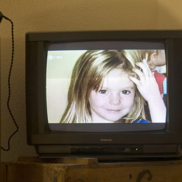 Photographie de la petite Britannique Madeleine McCann, surnommée Maddie, diffusée sur une télévision le 16 octobre 2013 à Berlin (Allemagne). (JOHANNES EISELE / AFP)
