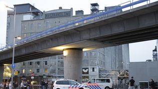 """Après une alerte """"en lien avec une menace terroriste"""", des policiers ont été déployés près du Maassilo, une salle de concert de Rotterdam (Pays-Bas), mercredi 23 août 2017. (ARIE KIEVIT / ANP / AFP)"""