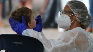 Un enfant subit un dépistage du Covid-19, le 21 août 2020, à Thionville (Lorraine). (PIERRE HECKLER / MAXPPP)