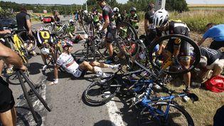 Plusieurs concurrents du Tour de France sont à terre après une chute collective, lors de la troisième étape de l'édition 2015 entre Anvers et Huy (Belgique), lundi 6juillet. (ERIC GAILLARD / REUTERS)