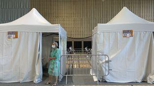 Un médecin attend que des personnes se fassent vacciner dans un centre de vaccination à Romainville(Seine-Saint-Denis), le 8 juin 2021. (OLIVIER MORIN / AFP)