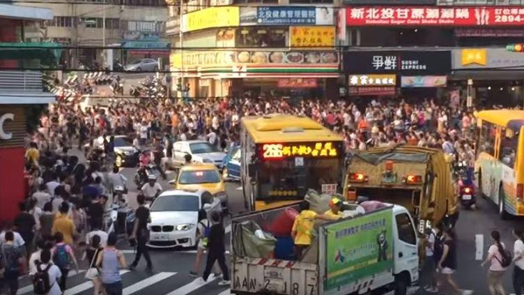 capture d'écran montrant des milliers de personne chassant unPokémon dans un quartier de Taipei à Taïwan, août2016 (YOUTUBE)