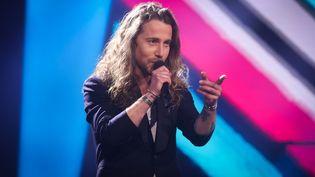 """Julien Doré se produit lors de la finale de l'émission télévisée """"The Voice Belgique"""", le 13 avril 2021. (VIRGINIE LEFOUR / MAXPPP)"""
