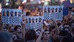 """Des manifestants brandissent des pancartes qualifiant de """"violeurs"""" cinq Espagnols condamnés pour """"abus sexuels"""" sur une jeune femme de 18 ans, lors d'une manifestation à Madrid le 26 avril 2018. (ISA SAIZ / AFP)"""
