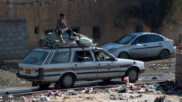 Des Yéménites fuient la capitale, touchée par des frappes aériennes, jeudi 26 mars. (MOHAMMED HUWAIS / AFP)