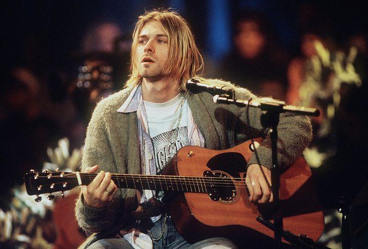 Kurt Cobain lors de son concertUnpluggedsur MTV le 18 novembre 1993. (FRANK MICELOTTA ARCHIVE / HULTON ARCHIVE)