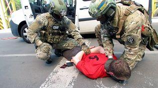 Capture d'écran d'une vidéo des services de sécurité ukrainiens montrant l'arrestation d'un Français de 25 ans, à la frontière ukraino-polonaise, soupçonné de préparer des attentats en France. (SBU / AFP)