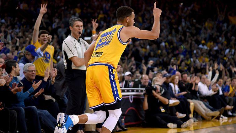 Stephen Curry et les Warriors 2015-16 ont réalisé le meilleur début de saison de l'histoire (THEARON W. HENDERSON / GETTY IMAGES NORTH AMERICA)