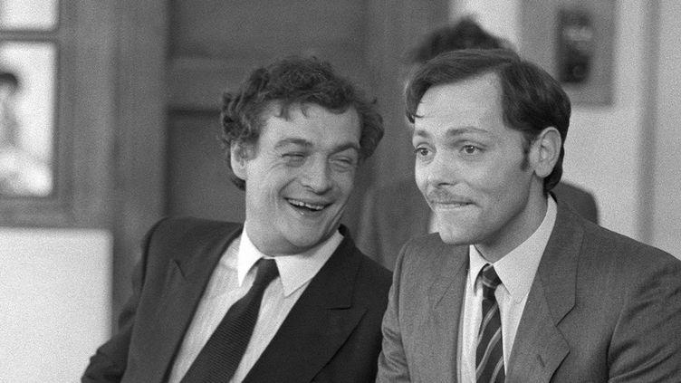 """Philippe Leotard et Patrick Dewaere en mars 1982 sur le tournage de""""Paradis pour tous"""" d'Alain Jessua.  (PHILIPPE WOJAZER / AFP)"""
