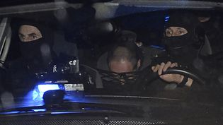 Hubert Caouissin lors d'un transfert, sous escorte policière, vers Pont-de-Buis (Finistère), le 8 mars 2017. (FRED TANNEAU / AFP)