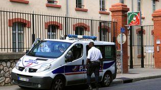 Des policiers devant le régiment de la Légion étrangère où Francisco Benitez était en poste, à Perpignan (Pyrénées-Orientales), le 5 août 2013. (RAYMOND ROIG / AFP)