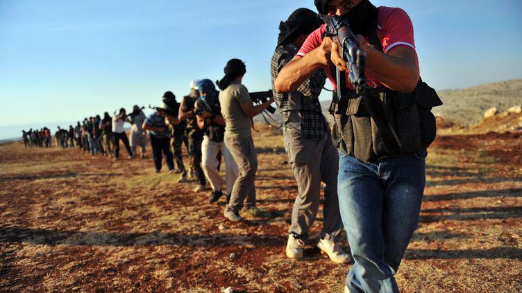 Des combattants jihadistes s'entraînent près d'Alep, le 19 juillet 2012, en Syrie. (BULENT KILIC / AFP)