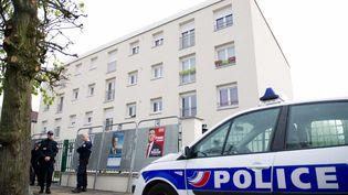 Le 14 avril 2012, à Draveil, devant l'immeuble où a été interpellé un suspect dans le cadre de l'enquête. (BERTRAND LANGLOIS / AFP)