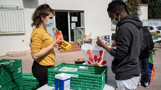 Une distribution de nourriture et de produits d'hygiène du Secours populaire sur le campus de l'université de Perpignan le 1er avril 2021. (JEANNE MERCIER / HANS LUCAS)
