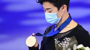 Nathan Chen remporte un troisième titre mondial consécutif, le 27 mars 2021. (JONATHAN NACKSTRAND / AFP)