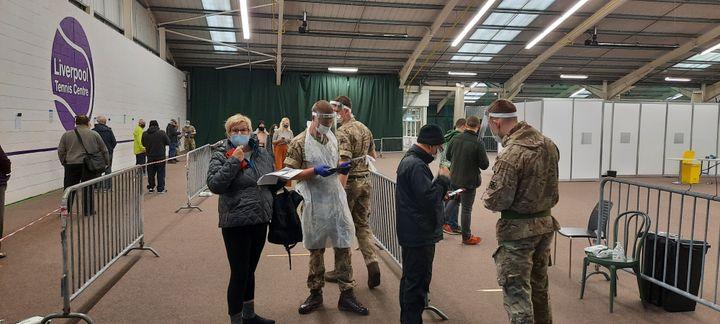 Les militaires accueillent, organisent et testent la population. (Richard Place / RADIO FRANCE)
