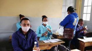 """Une tisane """"miracle"""" est distribuée gratuitement à la population afin de lutter contre le coronavirus, depuis plusieurs semaines. (France 2)"""