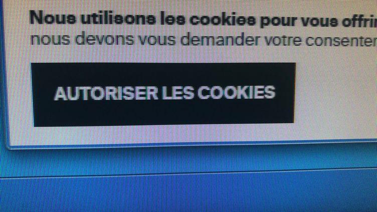 Bouton pour autoriser les cookies sur un site de vétements. (JEAN-CHRISTOPHE BOURDILLAT / RADIO FRANCE)