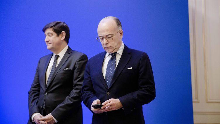 Bernard Cazeneuve et Patrick Kanner à Paris le 22 mars 2016. A l'époque, le premier est ministre de l'Intérieur, le second ministre de la Ville, de la Jeunesse et des Sports (MARLENE AWAAD / MAXPPP)
