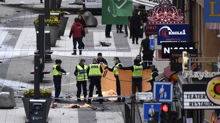 Des policiers àStockholm, après l'attaque, vendredi 7 avril 2017. (JONATHAN NACKSTRAND / AFP)