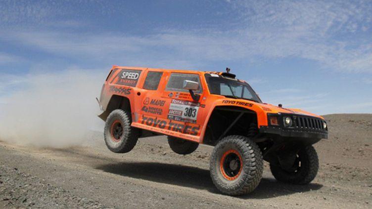 Robby Gordon a animé le Dakar avec son Hummer mais s'est fait exclure pour véhicule non conforme (MARTIN MEJIA / AFP)