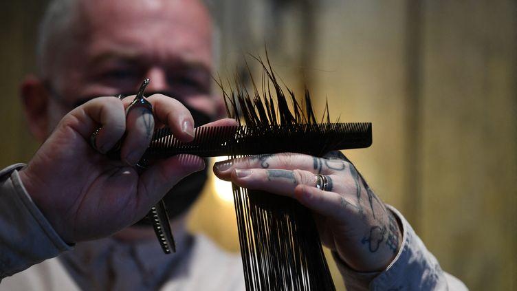 Unsalon de coiffure, qui pratique le recyclage de cheveux, dans l'est de Londres (Royaume-Uni), le 1er juillet 2021. (DANIEL LEAL-OLIVAS / AFP)