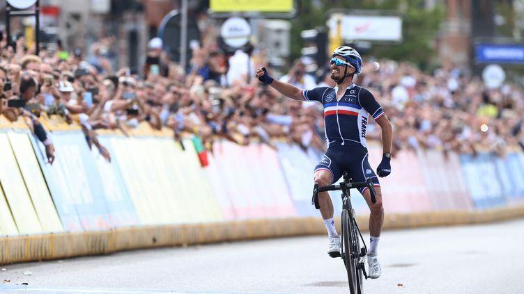 Le cycliste français Julian Alaphilippe a conservé son titre de champion du monde sur route, le 26 septembre 2021 à Louvain. (KENZO TRIBOUILLARD / AFP)