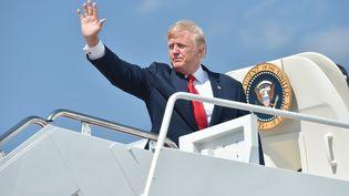 Donald Trump s'apprête àembarquer à bord de l'Air Force One, le 4 août 2017 à la base aérienneAndrews située dans le Maryland (Etats-Unis). (NICHOLAS KAMM / AFP)