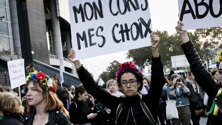 Des manifestantes marchent pour le droit d'avorter dans le monde, à Paris le 28 septembre 2018. (MAXPPP)