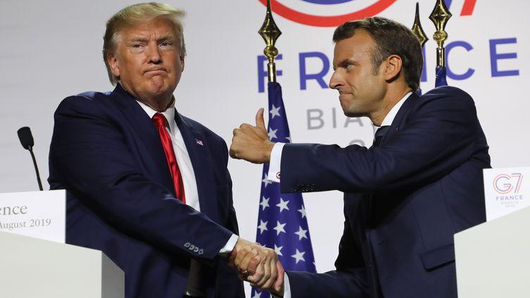 Donald Trump et Emmanuel Macron donnent une conférence de presse commune à l'issue du sommet du G7, à Biarritz (Pyrénées-Atlantiques), le 26 août 2019. (LUDOVIC MARIN / AFP)