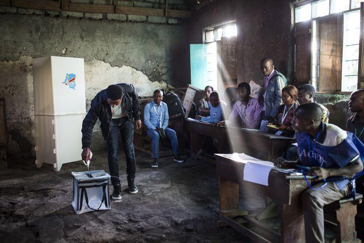 Un homme vote dans un bureau à Goma, dans la région du Kivu, située dans l'est de la République démocratique du Congo, le 30 décembre 2018,lors del'élection présidentielle. (PATRICK MEINHARDT / AFP)