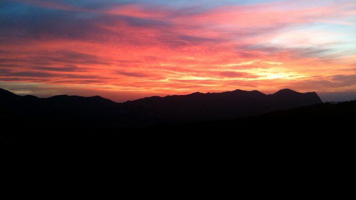 Vue depuis la terrasse de l'hôtel Sole e Monte sur le Monte Gozzi, en Corse. (HOTEL SOLE E MONTE)
