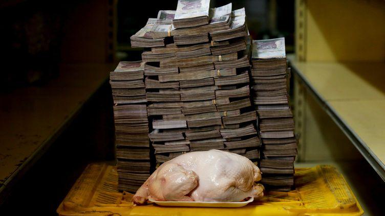 Un poulet de 2,4 kilos vaut 14 600 000 bolivars, soit l'équivalent de 2,22 dollars dans un marché de Caracas (Venezuela), le 16 août 2018. (CARLOS GARCIA RAWLINS / REUTERS)