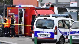 Les services d'urgence sur les lieux de l'attaque de Villeurbanne (Rhône), le 31 août 2019. (PHILIPPE DESMAZES / AFP)