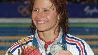 La nageuse française Roxana Maracineanu pose avec sa médaille d'argent remportée aux Jeux de Sydney, le 22 septembre 2000. (GREG WOOD / AFP)