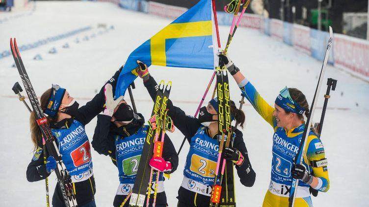 Les Suédoises Elvira Oberg, Linn Persson, Hanna Oberg et Mona Brorsson remportent le relais féminin lors de la Coupe du monde de Nove Mesto, le 4 mars 2021. (MICHAL CIZEK / AFP)