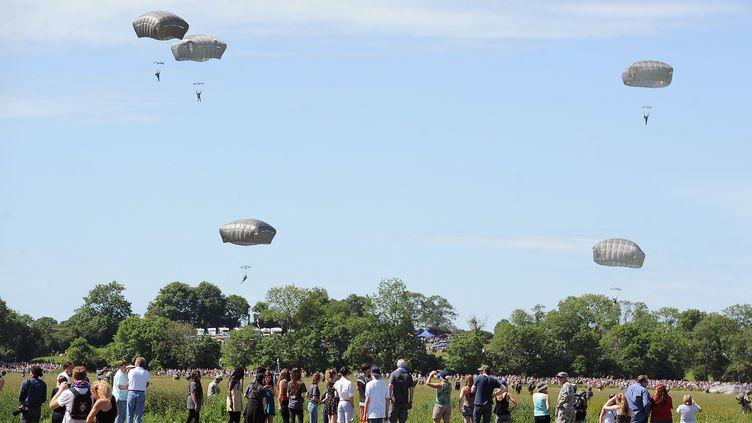 Saut de 900 parachutistes, le 8 juin àSainte-Mere-Eglise (Manche), dans le acdre des commémorations du 6 juin 1944. (JEAN-SEBASTIEN EVRARD / AFP)
