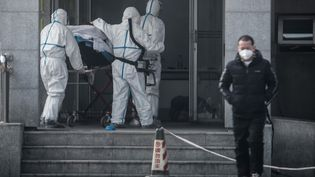 Un patient amené à l'hôpital de Jinyintan (Chine), le 18 janvier 2020. (STR / AFP)