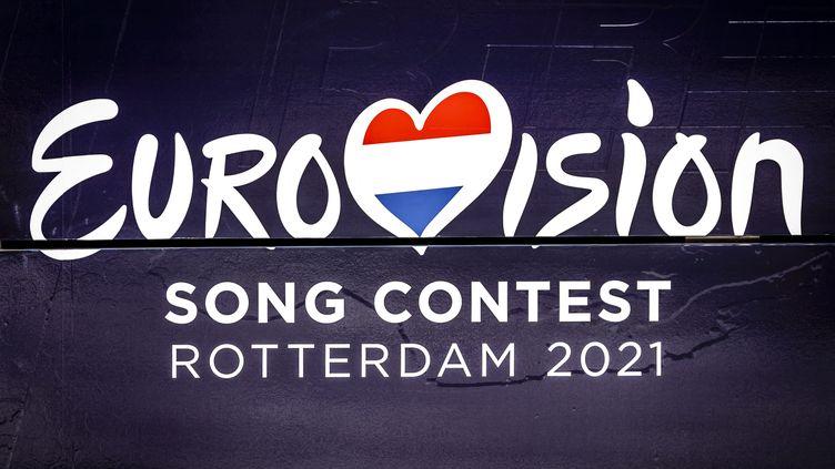 """Le logo du concours de l'Eurovision 2021 sur le """"tram de l'Eurovision"""" circulant à Rotterdam, le 12 mars 2021. (REMKO DE WAAL / ANP MAG)"""
