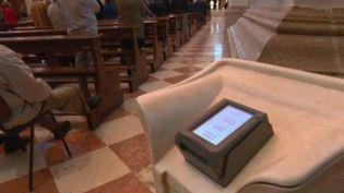 """L'Église catholique lancera, mardi 17 décembre, sa campagne nationale pour le denier du culte, un appel aux dons pendant les fêtes, entre Noël et le Jour de l'an. En Italie les prêtres ont fait installer des """"troncs numériques"""". (FRANCE)"""