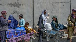Des Afghans à la frontière avec le Pakistan, samedi 25 septembre 2021. (BULENT KILIC / AFP)